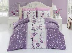 Trendové, bavlněné povlečení v různých tónech fialové barvy.     Povlečení je vzorováno z obou stran stejně. Prostřední bílý pruh je ozdoben velkým obrázkem větviček a květů.     Zapínání je na zip.     Povlečení je vyrobeno z hladké 100% bavlny. Comforters, Blanket, Bed, Furniture, Home Decor, Creature Comforts, Quilts, Decoration Home, Stream Bed