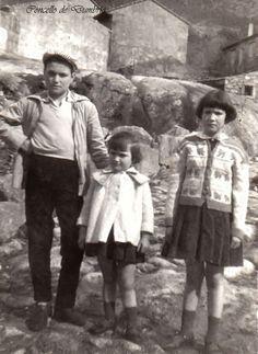 Tres nenos riba dunha pedra. Cedida por Ezaro.com
