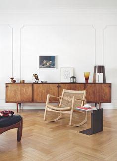 Schaukelstuhl aus Holz im Wohnzimmer | roomido.com