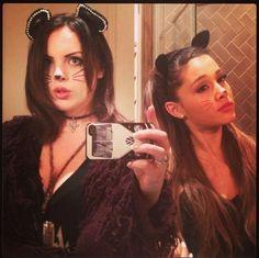 Look felino con Ariana Grande