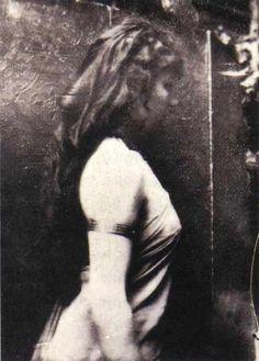 Camille Claudel (1864-1943) posing for Auguste Rodin (1840-1917) Vía Data insuficiente. Estoy buscando.