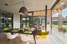 salle à manger avec chaises eiffel blanches et vert-jaune