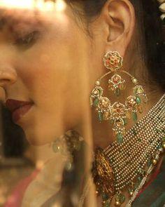 Gold Earrings Designs, Gold Jewellery Design, Necklace Designs, Gold Jewelry, Tourmaline Earrings, Diamond Earrings, Green Gemstones, Indian Jewelry Sets, Pearl Set