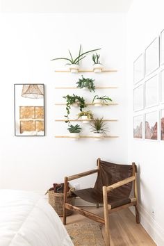 Wall Plant Holder, Plant Holders, Plant Wall, Cheap Home Decor, Diy Home Decor, Decoration Plante, Wooden Walls, Interiores Design, Bedroom Wall
