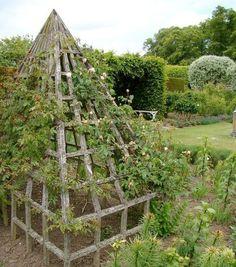 Stort pyramidformat torn i trä