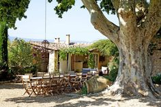 Provençal Bastide Beauty & Old World Inspiration inspires with a house tour of an century South of France vacation getaway with breathtaking gardens! French Farmhouse Decor, Modern French Country, French Country House, French Country Decorating, Farmhouse Design, French Exterior, Rustic Exterior, Provence Style, Italian Villa