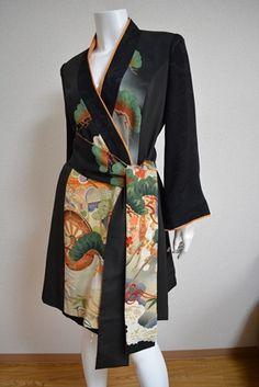 Using kimono to make stunning everyday wear! Over skinny jeans or leggings. Kimono Fabric, Kimono Dress, Kimono Jacket, Tokyo Fashion, Kimono Fashion, Fashion Outfits, Vintage Kimono, Yukata, Oriental Fashion