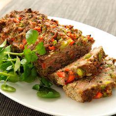Varieer vandaag met een gehaktbrood boordevol groente. Met mager rundergehakt, bacon, paprika, tomaat en peterselie. De bacon kun je ook weglaten.