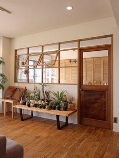 Des fenêtres à battants entre la cuisine et le salon