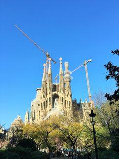 Centro do design e da arquitetura catalã, Barcelona é simplesmente demais! A cidade é moderna, pulsante, bonita, limpa, rica, com hotéis incríveis e com bons preços, lugares imperdíveis para ver, enfim, Barcelona é um lugar e tanto!