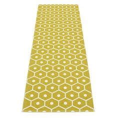 The beautiful Honey rug from Pappelina is made of woven plastic and has a trendy honeycomb pattern. The rug is available in different colors and sizes and is reversible which gives it two different looks. Use the rug in the hallway or maybe in the kitchen