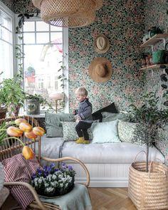 """Anna Lång på Instagram: """"Idag har vi varit på torget och köpt påsar fulla av penséer med snöflingor yrandes i håret. För nu är det vår! De flesta dagar i veckan, i…"""" Cottage Wallpaper, Of Wallpaper, Home Interior Design, Interior And Exterior, Living Spaces, Living Room, My New Room, Country Decor, My Dream Home"""