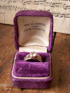 Who wouldnt say yes when presented a ring in a beautiful vintage velvet ring box like this? If youre planning to pop the question this Valentines Cool Wedding Rings, Wedding Ring Box, Wedding Bands, Vintage Ring Box, Vintage Jewelry, Velvet Ring Box, Martha Stewart Weddings, Purple Velvet, Vintage Velvet