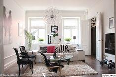 vardagsrum med svarta och vita möbler