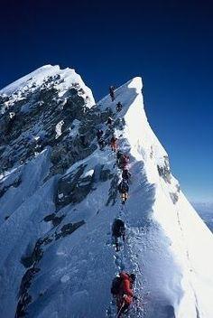 エベレストに登る人々、標高8000以上の気温はマイナス15度以下と言われている。