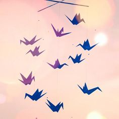 Schöne Idee für freie Tage! • Ein Mobile Eurer Wahl aufhängen • Schlagschatten mittels    Schreibtischlampe auf    die Wand werfen • Mit Acrylfarbe nachmalen -    natürlich nicht, ohne vorher    Vati oder Vermieter zu fragen,    ob die Wandmalerei erlaubt ist :)  Sieht Soho-cool aus, weil es eben nicht perfekt ist... Dieses hier habe ich nach einem Origami-Mobile von ollilypaperwarecologne gemalt: