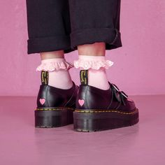 Doc Martens have been in style for almost 60 years, discover what made them so popular. We also discuss how to wear them in style! Aesthetic Shoes, Aesthetic Fashion, Aesthetic Clothes, Dr. Martens, Sock Shoes, Cute Shoes, Me Too Shoes, 90s Shoes, Pastell Goth Outfits