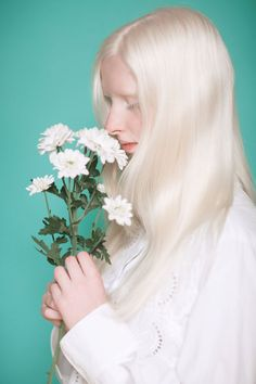 When photographer Yulia Taits posted her hypnotizing photo series that capture the beauty of Albino people, it inspired us to look further and find more people with Albinism. Modelo Albino, Pretty People, Beautiful People, Albino Girl, Female Character Inspiration, Photo Retouching, Pure Beauty, Beauty Routines, Blond