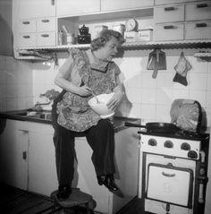 Näyttelijä Siiri Angerkoski (1902-1971) poseeraa kulhoineen omassa keittiössään vuonna 1950. Helsinki 3.3.1950. Valokuvaaja tuntematon. /Suomen valokuvataiteen museo/Alma Media/Uuden Suomen kokoelma Helsinki, Stove, Nostalgia, Kitchen Appliances, Museum, Diy Kitchen Appliances, Home Appliances, Range, Kitchen Gadgets