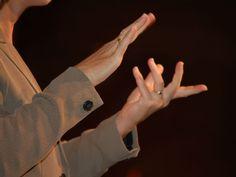 Entre os dias 1º e 6 de abril, o MAM recebe a 3ª edição da Semana Cultural Sinais na Arte. A programação inclui uma festa, oficina de discotecagem para surdos e ouvintes, oficina de light painting, oficina de grafite, narração de histórias bilíngue (falada e em língua de sinais), visitas mediadas com experiências sensoriais entre outras atividades.