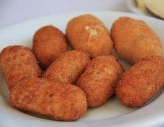 Croquetas  La croqueta esta hecha con un picadillo de diversos ingredientes que ligado con bechamel, se reboza en huevo y pan rallado y se fríe en aceite abundante. Suele tener forma redonda u ovalada.