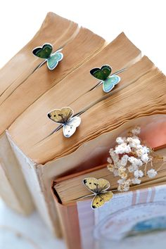 DIY Butterfly Bookmarks - Dreams Factory - Learn how to make DIY Butterfly Bookmarks in just a few easy steps! Use coffee to stain the book - Creative Bookmarks, Cute Bookmarks, Bookmark Craft, Handmade Bookmarks, Vintage Bookmarks, Bookmark Ideas, How To Make Bookmarks, Crochet Bookmarks, Vintage Frames