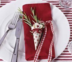 adornos-navidenos-sobre-la-mesa_galeria_landscape, Vajillas, copas, manteles, adornos y muchos detalles llenos de encanto navideño ¡Feliz Navidad!  1. IDEAS PARA DECORAR Y MONTAR LA MESA EN NAVIDAD  Para dar más dinamismo a la mesa, alterna platos de dos colores diferentes. Aquí se han elegido con el borde en gris y en rojo. Y como centro, una idea fácil de hacer: cuatro cintas a tono con las vajillas atraviesan el mantel, las de los extremos en paralelo y las centrales cruzadas en forma de…