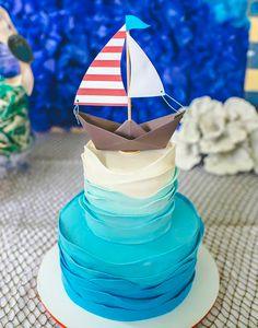 gateau avec vague en pate a sucre et petit bateau en papier