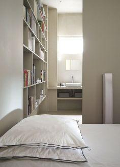 La bibliothèque fait le lien entre la chambre et la salle de bains