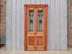 Código: 6425Cantidad: 1 UnidadPrecio: $ 10800Dimensiones:Ancho: 112cmAlto: 226cmDescripción:Puerta de frente en madera antigua de cedro al natural. Es de dos pulgadas de espesor y a una hoja de abrir hacia la izquierda. Con rejas de hierro forjado, molduras superiores, tapajunta, capitel, tableros replanados moldurados inferiores, postigos vidriados de abrir y marco de madera dura. Su hoja mide 98cm de ancho y 219cm de alto. La abertura no incluye vidrios ni cerradura. Recibe tu producto a…
