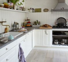 kris and kate studio_millwork details Køkken – indretning af nyt køkken Vitrineskab Antikmalet Sort/hvid Hidden Rolling Pantry New Kitchen Interior, Kitchen Decor, Kitchen Design, Kitchen Ideas, Rolling Pantry, Danish Kitchen, Fine Paints Of Europe, Devol Kitchens, Shaker Kitchen
