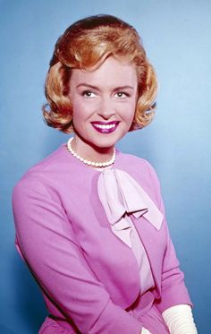 Donna Reed would certainly be a member of the unofficial Television Sitcom Mom Hall of Fame. We remember Reed's life today as well as the lives of other notable people who were born this day in history. Classic Hollywood, Old Hollywood, Hollywood Actresses, Actors & Actresses, Classic Actresses, The Donna Reed Show, Tv Moms, Blonde Celebrities, Celebrity Deaths