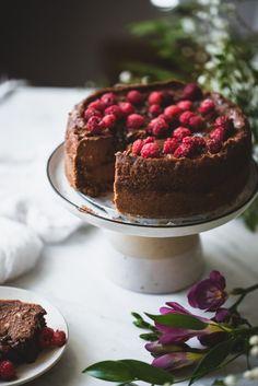 Kolmen aineen nutellakakku (V, GF) – Viimeistä murua myöten Vegan Cake, Tiramisu, Nutella, Cheesecake, Food And Drink, Gluten, Yummy Food, Sweets, Chocolate