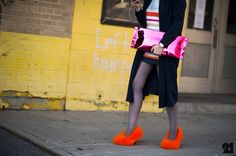 someone has Elmo on their feet with their MMM candy wrapper clutch! Cullotes Street Style, Street Style Shoes, New York Street Style, Nyfw Street Style, Urban Street Style, Street Style Summer, Street Outfit, Autumn Street Style, Casual Street Style
