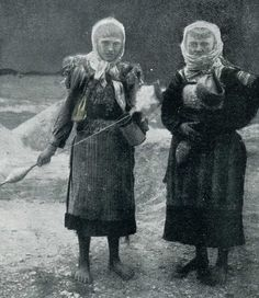"""""""Two Highland women spinning and carrying water"""" (Photo: Paul Traeger, ca. 1910)."""