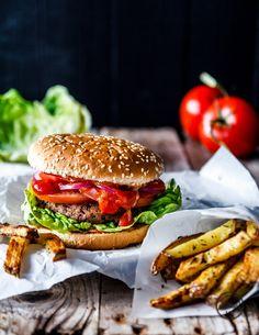 Super saftiger Seitan-Burger mit knusprigen Thymian-Ofen-Fries