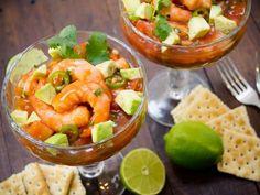 Cóctel de Camarón Picosito | Este cóctel de camarón es doblemente rico pues tiene el clásico picor del chile verde más el toque picosito de la salsa botanera. Disfruta de este manjar el fin de semana.