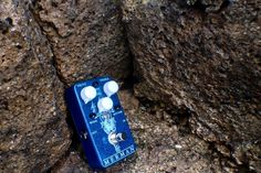 The @vfepedlas Merman VFE-ifies the original Klon overdrive circuit (and yes, we just used VFE as a verb). The original circuit uses three signal paths to achieve its unique, yet transparent tone. The MERMAN gives you control over the mix of these 3 pathways in the DRIVE, WARM, and BOTTOM controls. The COMP control fine tunes the compression in the drive section, giving you control over the precise amount of harmonics and dynamics of the germanium clipping diodes. Check out the Merman at…