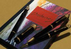 MONTBLANC « SET #VOLTAIRE » 1995. Set de trois #stylos ( plume, bille et porte-mine ) rendant hommage au talent de l'écrivain du siècle des Lumières. Résine coulée noir profond. Attributs en argent doré à l'or fin. Edition limitée Collection Ecrivains. Etat neuf. Ecrin et certificat Remplissage à pompe. Plume en or 18 cts. Vendu aux #encheres par AuctionArt le 26/04/10