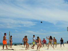 Partido de Volley Playa improvisado. Mexicanos contra españoles.