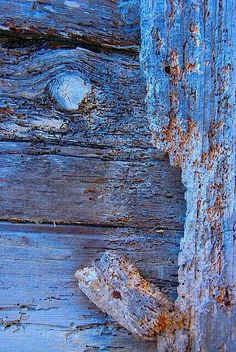 sometimes the texture of wood under my fingers can be grounding. this blue is nice, the paint adds color and pattern and texture. Wabi Sabi, Blue Brown, Blue And White, Foto Macro, Peeling Paint, Love Blue, Periwinkle Blue, Color Blue, Something Blue