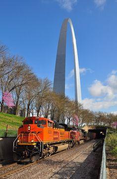 2 BNSF Diesel @ St. Louis Arch
