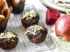 Cokoladove muffiny s cervenou repou_