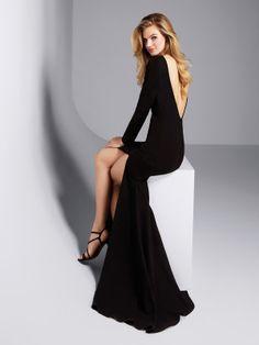 Vestido de noite preto com abertura na saia