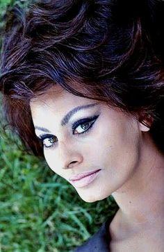 Sophia Loren, such beautiful eyes. Loren Sofia, Sophia Loren Images, Italian Actress, Braut Make-up, Italian Beauty, Ageless Beauty, Celebs, Celebrities, Famous Women