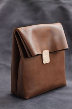 New green leather 貨 handmade paper bag leather clutch bag Brown tanned color o… - Bags 2019 Leather Gifts, Leather Clutch Bags, Leather Craft, Leather Purses, Leather Backpack, Leather Handbags, Handmade Leather, Vintage Leather, Diy Rucksack