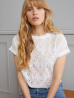 This all-feminine top is dressed up with eyelet lace. Zara Tops, Blouse Styles, Blouse Designs, Mode Zara, Couture Tops, Diy Couture, Sewing Blouses, Eyelet Lace, Eyelet Top