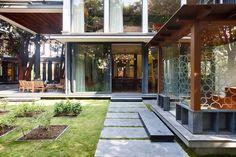 dallage granit, jardin intérieur, baies vitrées, mobilier de jardin ...