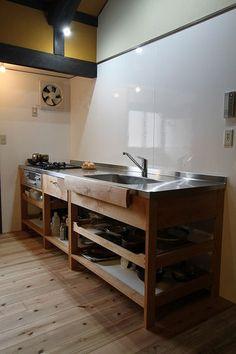 築100年以上の古民家のリフォームにいれたキッチンです。男性のためのシンプルで誰もが使いやすいキッチンのご紹介です。