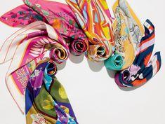 Atualize o clássico lenço de seda em looks modernos, divertidos e cool